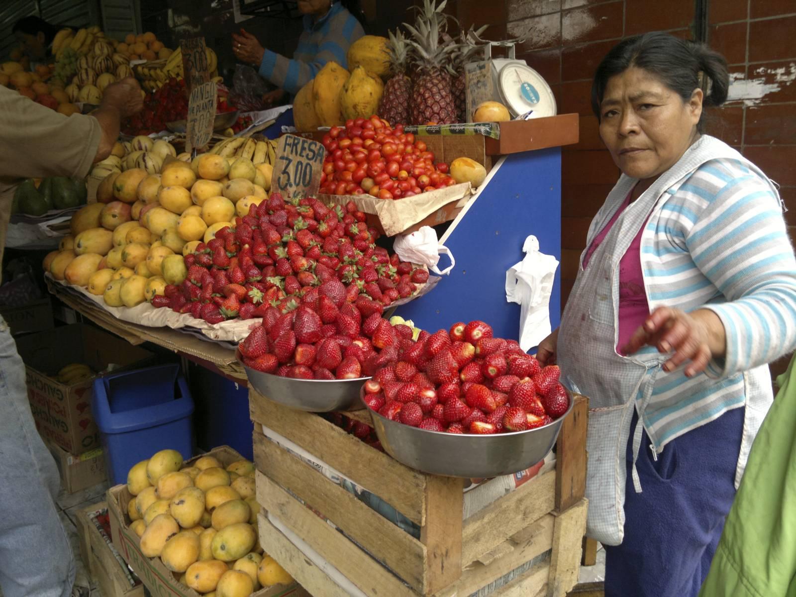 Peru-lima-mercado-mercato-market-fresas-fragole-stawberries